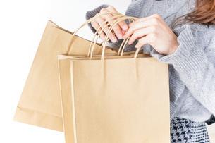 ショッピングをする女性の写真素材 [FYI04704878]