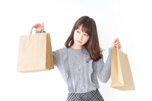 ショッピングをする女性の写真素材 [FYI04704883]