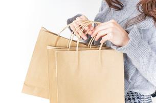 ショッピングをする女性の写真素材 [FYI04704884]