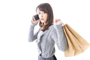 ショッピングをする女性の写真素材 [FYI04704887]