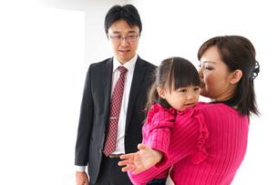 パパを見送る子ども・別れの写真素材 [FYI04704905]
