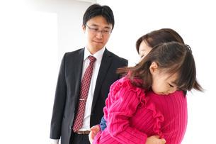 パパを見送る子ども・別れの写真素材 [FYI04704911]