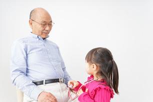 子供と遊ぶおじいちゃんの写真素材 [FYI04704918]