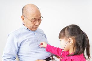子供と遊ぶおじいちゃんの写真素材 [FYI04704922]