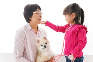 おばあちゃんと孫娘の写真素材 [FYI04704926]