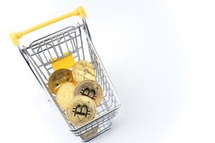 ビットコインでショッピングの写真素材 [FYI04704947]