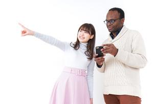 外国人観光客に道案内をする若い女性の写真素材 [FYI04704949]