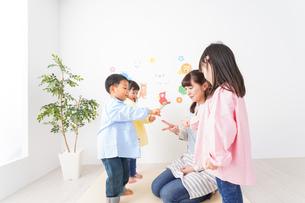 幼稚園・保育園・こども園で笑顔で楽しく遊ぶ児童と先生の写真素材 [FYI04704989]