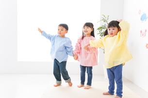 幼稚園・保育所・こども園で楽しく過ごす可愛い子供たちの写真素材 [FYI04705000]