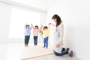 保育士と子どもたちの写真素材 [FYI04705011]