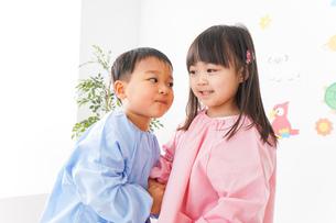 幼稚園・保育所・こども園で楽しく過ごす可愛い子供たちの写真素材 [FYI04705017]