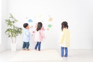 幼稚園・保育所・こども園で楽しく過ごす可愛い子供たちの写真素材 [FYI04705026]