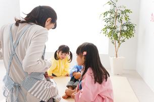 幼稚園・保育園・こども園で笑顔で楽しく遊ぶ児童と先生の写真素材 [FYI04705027]