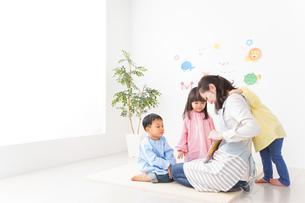 幼稚園・保育園・こども園で笑顔で楽しく遊ぶ児童と先生の写真素材 [FYI04705034]