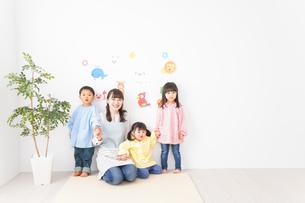 保育士と子どもたちの写真素材 [FYI04705041]
