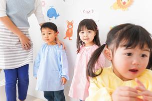 幼稚園の先生と子どもの写真素材 [FYI04705047]