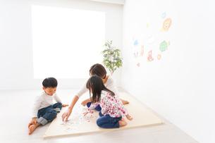 幼稚園の先生と子どもの写真素材 [FYI04705051]