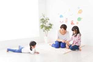幼稚園の先生と子どもの写真素材 [FYI04705058]