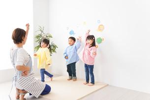 幼稚園の先生と子どもの写真素材 [FYI04705063]