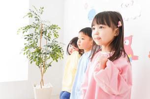 幼稚園・保育所・こども園で楽しく過ごす可愛い子供たちの写真素材 [FYI04705065]