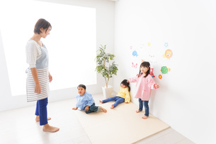 幼稚園の先生と子どもの写真素材 [FYI04705070]