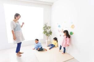 幼稚園の先生と子どもの写真素材 [FYI04705071]