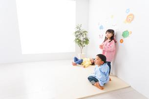 幼稚園・保育所・こども園で楽しく過ごす可愛い子供たちの写真素材 [FYI04705072]