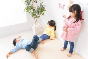 幼稚園・保育所・こども園で楽しく過ごす可愛い子供たちの写真素材 [FYI04705077]