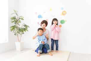 幼稚園・保育園・こども園の先生と生徒の写真素材 [FYI04705085]