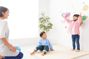 幼稚園・保育園・こども園の先生と生徒の写真素材 [FYI04705087]