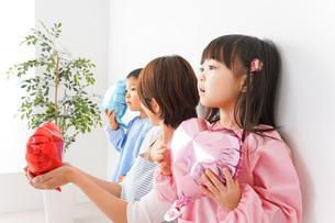 幼稚園・保育園・こども園の先生と生徒の写真素材 [FYI04705100]