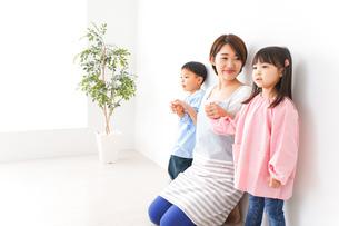 幼稚園・保育園・こども園の先生と生徒の写真素材 [FYI04705121]