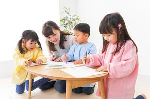 保育士と子どもたちの写真素材 [FYI04705127]