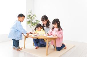幼稚園・保育園・こども園で笑顔で楽しく遊ぶ児童と先生の写真素材 [FYI04705139]