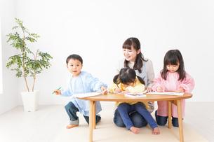 幼稚園・保育園・こども園で笑顔で楽しく遊ぶ児童と先生の写真素材 [FYI04705156]