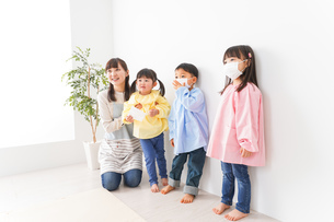 保育士と子どもたちの写真素材 [FYI04705162]