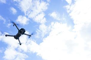 飛行するドローンの写真素材 [FYI04705214]