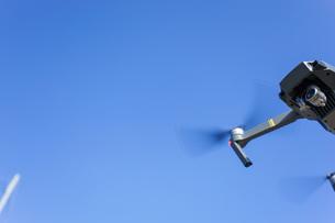 飛行するドローンの写真素材 [FYI04705236]