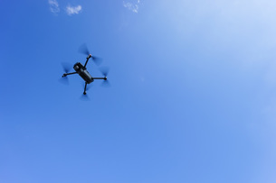 飛行するドローンの写真素材 [FYI04705239]