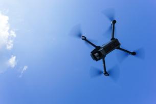 飛行するドローンの写真素材 [FYI04705244]