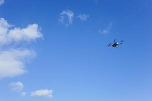 飛行するドローンの写真素材 [FYI04705246]