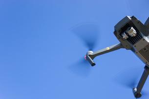 飛行するドローンの写真素材 [FYI04705252]