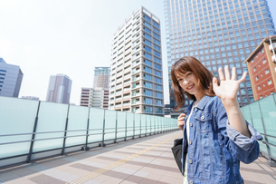 外でデートする女性の写真素材 [FYI04705437]