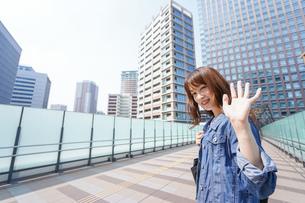 外でデートする女性の写真素材 [FYI04705442]