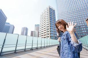外でデートする女性の写真素材 [FYI04705445]