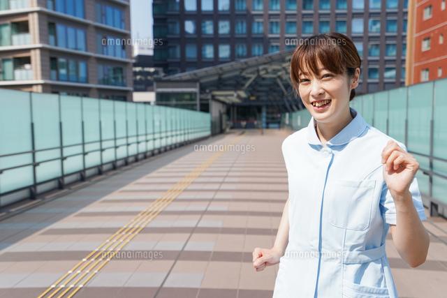外を歩く看護師の写真素材 [FYI04705462]