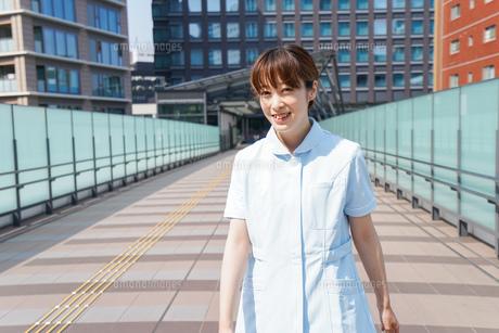 外を歩く看護師の写真素材 [FYI04705466]