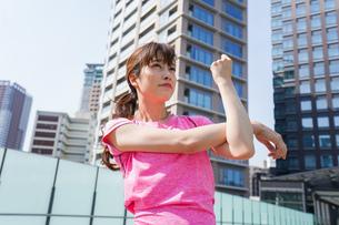 ストレッチをする女性の写真素材 [FYI04705579]