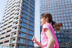 都会でランニングする女性の写真素材 [FYI04705604]