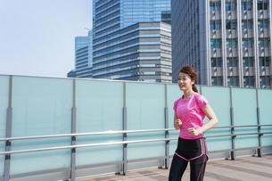 都会でランニングする女性の写真素材 [FYI04705608]